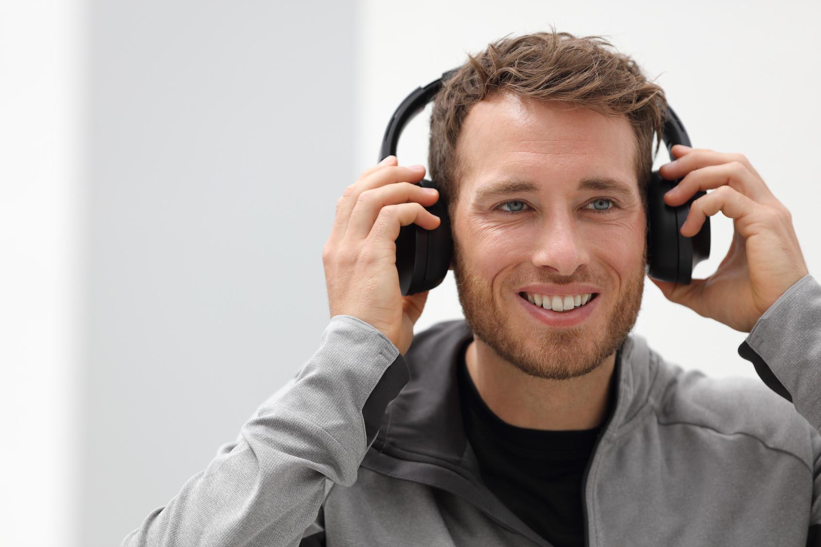 male worker wears headphones - HD1688×1125