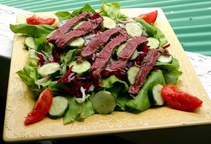 Večera: Piletina s ljutom paprikom, kupus, zelena salata.
