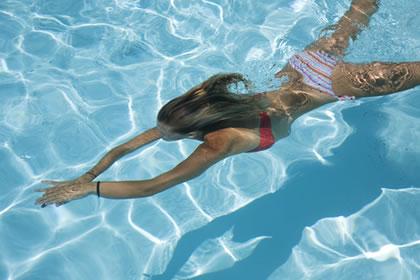Sad mislim na...(izrazite silkom) Plivanje-cura-bazen