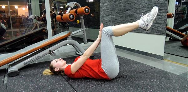 Rukama se pruža otpor tako da osjetite kontrakciju u mišićima prednje strane natkoljenice i mišićima trbuha